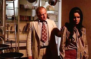 سکس از یک دختر که نشسته كانال تلگرام كليپ سكسي است و خسته است و در مقابل او روی میز وجود دارد یک کاسه با یک دسته از سبزیجات مختلف است که شبیه به شکل یک فالوس و او شروع به قرار دادن تمام این اشیاء در دهان زن رقص و آنها را